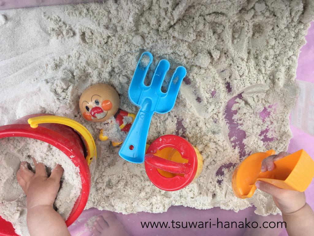 ベランダの砂場で遊ぶ子供