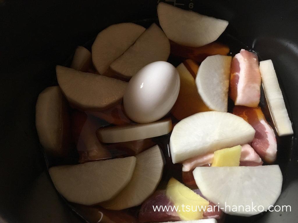 クックフォーミーに卵と大根を入れる