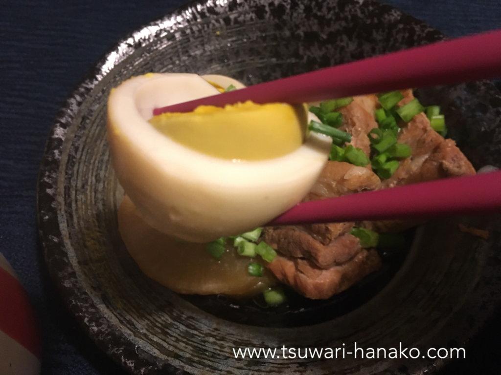 圧力調理した卵を食べる
