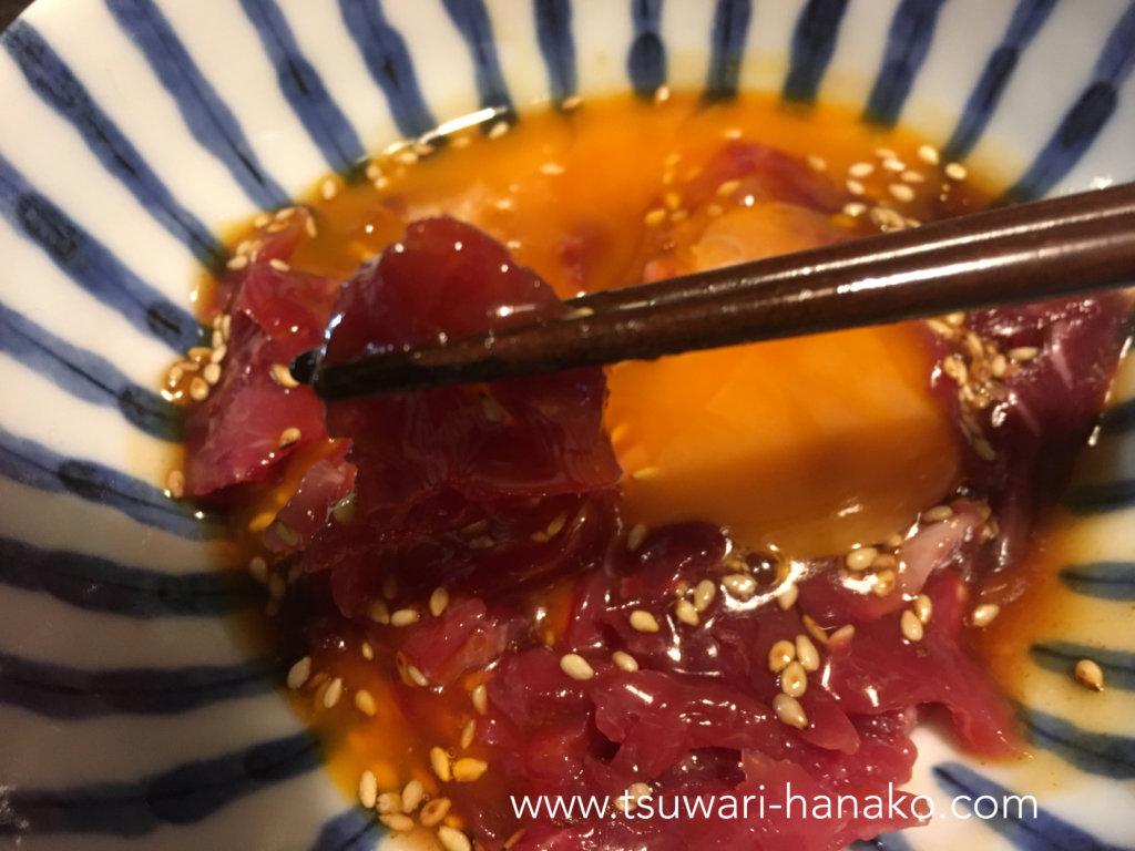 卵黄を絡めて食べる牛生ハムユッケ