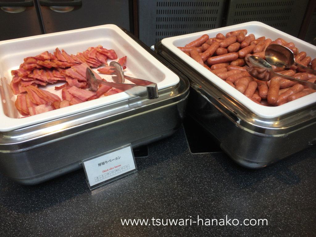 東京ベイ舞浜ホテルファイン・ビュッフェのベーコンとソーセージ